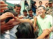 Fall of Fujimori - Fujimori greets Peruvian constituents